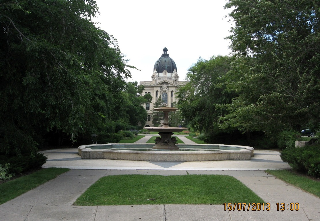 The fountain beween the Legislative Building and the lake