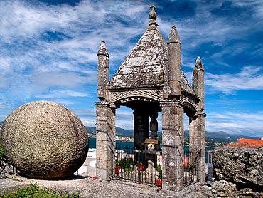 Holy Trinity Stone Cross, Baiona