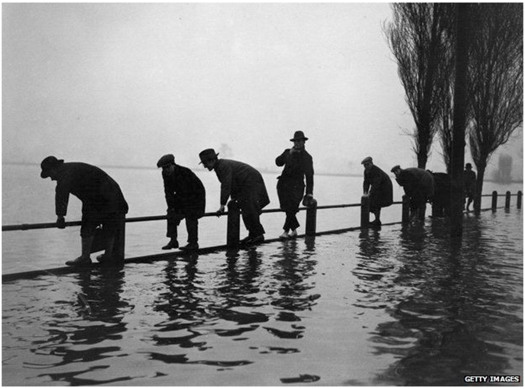 Men at Lea Bridge during floods of 1928 (http://www.bbc.co.uk/news/magazine-26153241)