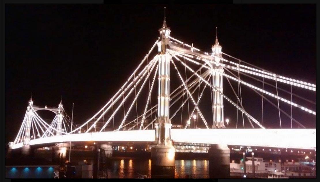 The Albert Bridge at night (http://bastowsfamily.blogspot.co.uk/)