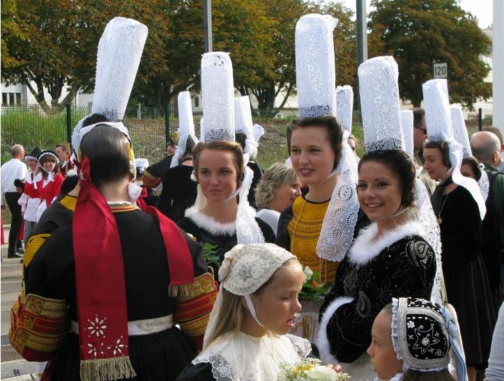 bigoudenes women, brittany (https://commons.wikimedia.org/wiki/File:FIL_2009_-_Coiffes_bretonnes_-_bigoud%C3%A8nes_-_cercle_ar_vro_vigoudenn.JPG)