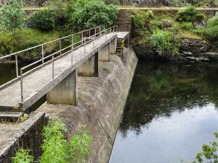 Weir over the River Nisa where the walk crosses the river