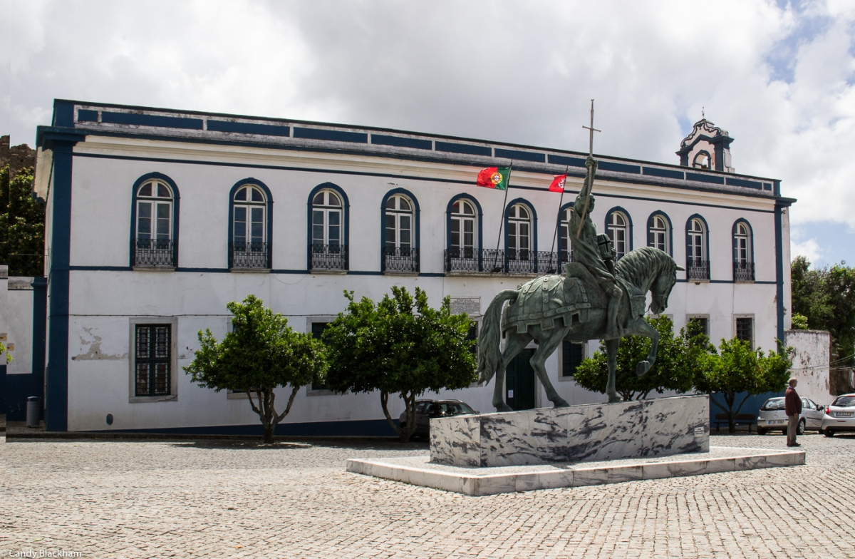 The Town Hall in Portel with a statue of Nuno Alvares Pereira