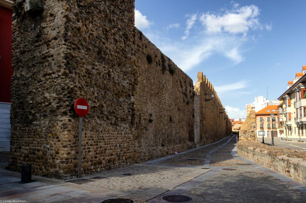 Looking back along the Calle de los Cercas from the Puerto Moneda