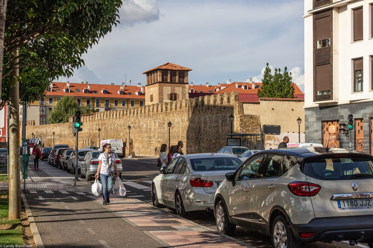 The walls along the Av Independencia