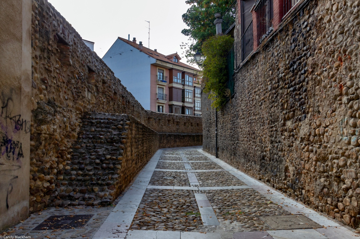 The continuation of Calle las Cercas after the Puerto Moneda